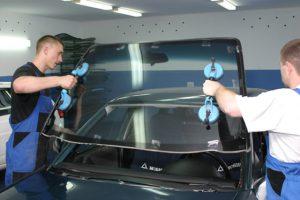 Самостоятельно меняем лобовое стекло в автомобиле