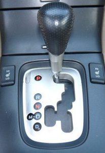 Начало применения подобных коробок передач было положено в 1990 г., когда для корпорации Porshe AG фирма ZF изготовила оригинальную коробку передач, под названием Типтроник. В этом агрегате сочетались достоинства автоматической коробки, с возможностью ручного переключения передач, без применения сцепления. Могло показаться, что это шаг назад. Сложный и дорогой автомат надо переключать вручную! Но это только на первый взгляд.  Плюсы и минусы двух типов КПП. •Механическая коробка передач (МКПП) достаточно проста и отработана в производстве, бюджетна, позволяет существенно экономить топливо. Опытный водитель с помощью МКПП полностью контролирует процесс движения авто, и всегда может подобрать оптимальный режим. Главный недостаток такой коробки – наличие в трансмиссии узла сцепления, и необходимость управления им с помощью одноименной педали, при каждом переключении передачи. Для некоторых водителей эта процедура, сложна и мучительна.  •Автоматическая коробка (АКПП), значительно упрощает управление автомобилем, исчезает третья педаль – управления сцеплением. Автомат сам выбирает нужную передачу, производит переключения, не отвлекая водителя. Основные минусы такого агрегата высокая стоимость, невысокая динамика движения, меньшая, в сравнении с МКПП, экономичность. Но есть еще один минус классической АКПП, это устранение водителя от выбора режима работы коробки передач, хотя по условиям движения, иногда вмешательство в ее действия просто необходимо!  Типичные проблемные ситуации автомобилей с АКПП. •Самый распространенный случай. Автомобиль движется со скоростью 90 км/час или более. АКПП включила прямую или ускоряющую передачу. Впереди затор, водитель снижает с помощью тормозной системы скорость до 40 – 50 км/час, преодолевает препятствие, далее надо энергично разогнаться. Нажата педаль акселератора, но машина «тупит», автомат по-прежнему держит включенной высшую передачу. Двигатель, даже мощный, не может быстро разогнать авто, ускорение получается очень долгим. Водитель 